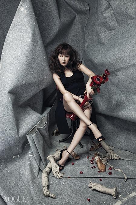 잔잔한 꽃 자수가 양옆에 들어간 슬리브리스드레스는 디올(Dior), 블랙 쇼츠는발렌시아가(Balenciaga), 프린지 장식 슈즈는크리스찬 루부탱(Christian Louboutin).