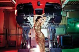 금빛 롱 드레스는림 아크라(Reem Acra at SoyooBridal), 크리스털 장식 목걸이는미리암 하스켈(Miriam Haskellat The Queen Lounge),스트랩 힐은 로저 비비에(RogerVivier), 자동차는 페라리F12 베를리네타(Ferrari F12Berlinetta).