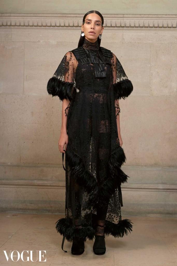 자수 장식이 들어간 일루전 튤 드레스를 입은 레아 T. 이 드레스에는 정교한 꽃 모티프가 들어가 있으며, 소매단과 밑단은 검정 닭깃털로 처리되어 있다. 가슴 부분에 깃털이 부착 되어있다.