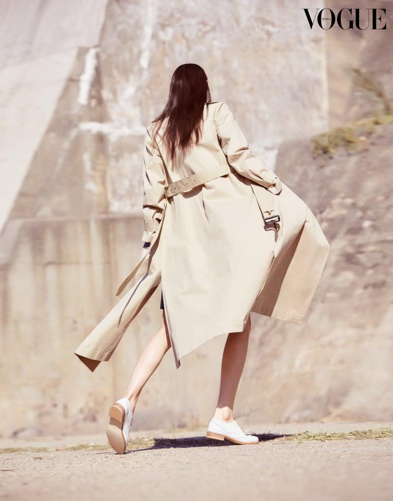 허리 벨트를 묶거나 늘어뜨리는 방법으로 다양한 실루엣을 완성하는 트렌치 코트. 의상과 슈즈는 빈폴 레이디스(Beanpole Ladies). VH-
