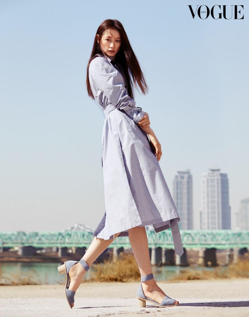 블루 컬러의 드레시한 트렌치 코트에 발목을 감싸는 스트랩 슈즈를 더하면 우아한 여성이 탄생한다.