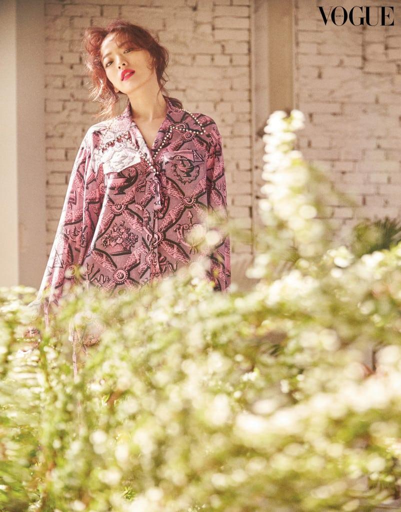 진주 디테일의 패턴 블라우스와 실크 팬츠는 구찌(Gucci).