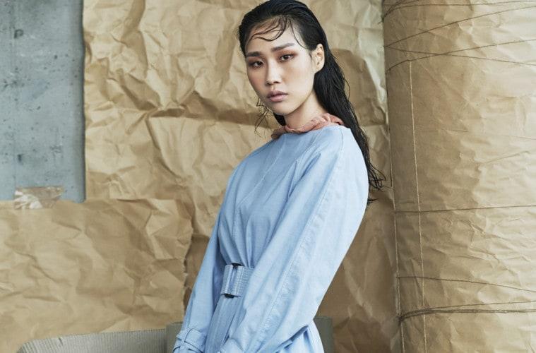 One Love군더더기 없이 절제된 코튼 원피스는 드레스는 화려하게 치장하지 않고도 당신의 매력을 십분 발휘한다. 코랄톤의 프릴 장식 니트 톱이 함께 어울렸다.