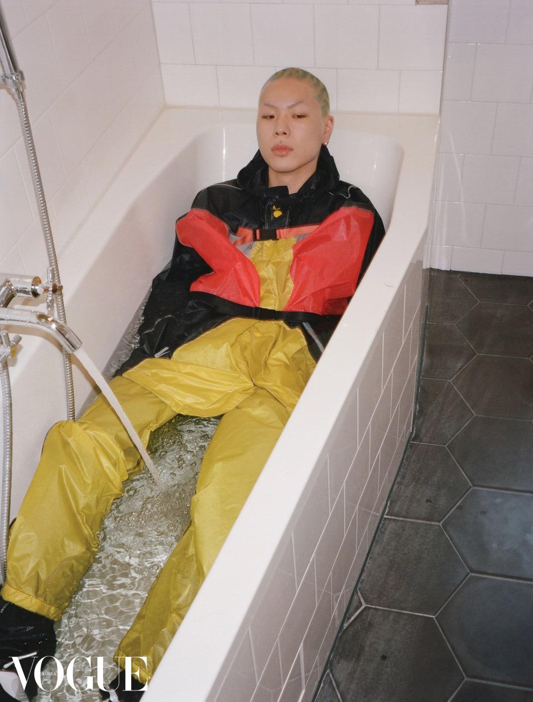 바람막이 재킷과 노란색 팬츠는 프라다(Prada), 운동화는 나이키(Nike).