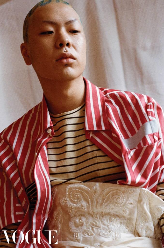 노랑 스트라이프 티셔츠, 겹쳐 입은 빨간색 반팔 셔츠는 랑방(Lanvin), 와이드 벨트는 말린 랑두(Malin Landaeus).
