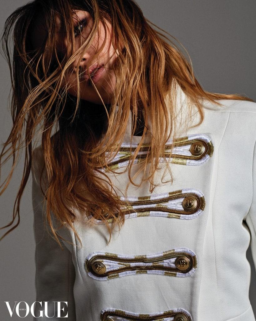 골드 단추가 포인트인 장교풍 재킷은 피에르 발맹(Pierre Balmain).