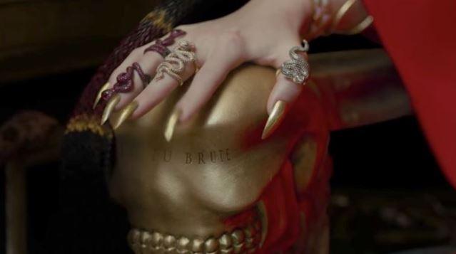 05 금속 왕자 팔받침대에 새겨진 Et Tu Brute