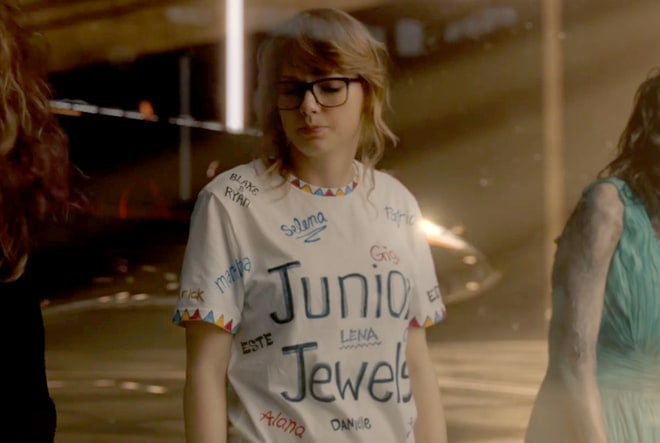 12 'You Belong With Me' 뮤비 티셔츠에 이름이 새겨져