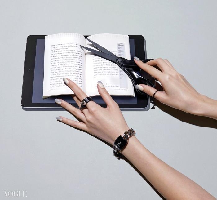 체인 밴드 시계는 캘빈 클라인워치(Calvin Klein Watch),반지는 엠주(Mzuu), 태블릿PC는 아이패드 에어2(iPad Air2)
