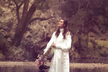 여성적인 우아함과 순수함이느껴지는 스목 드레스.호주 배우, 피비 톰킨(PhoebeTomkin)이 입은 코튼소재 드레스는 디올(Dior).