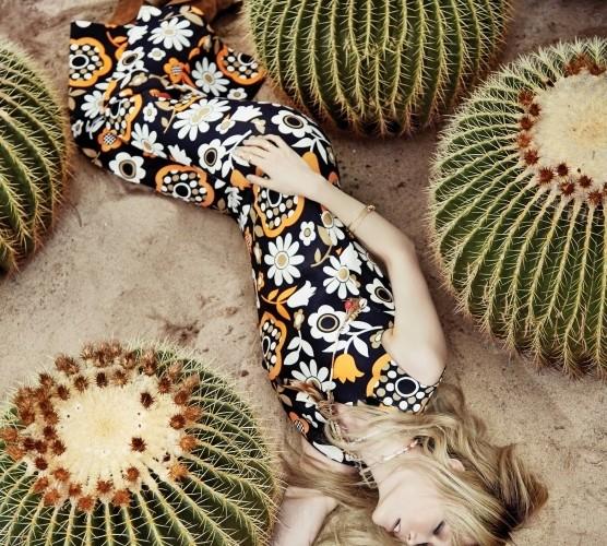 꽃무늬 프린트 점프수트는 셀린(Céline),깃털 목걸이는 에트로(Etro),골드 팔찌는 발렌티노(Valentino),골드 반지는 액세서라이즈(Accessorize),스트랩 앵클부츠는 구찌(Gucci).