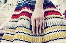 Pleats Please라프 시몬스는 50년대 스타일의 새로운 해석을위해 플리츠로 완성한 볼가운을 완성했다.전등갓을 연상시키는 입체적인 플리츠 디테일의컬러풀한 드레스.