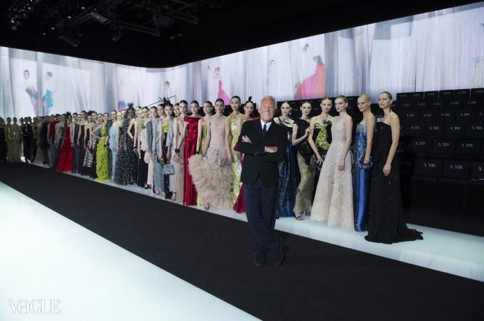 아르마니가 축하패션쇼에서 모델들과 포즈를 취하고 있다. ⓒ Giorgio Armani