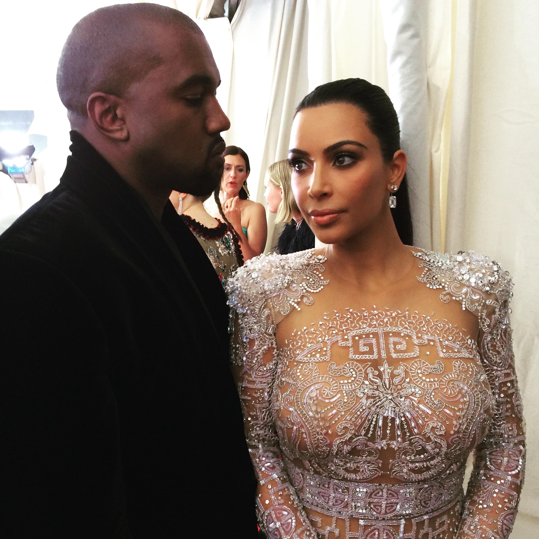 로베르토 카발리 드레스를 입은 킴 카다시안과 남편 카니예 웨스트