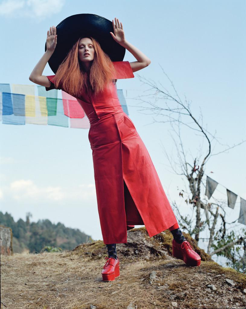 새벽녘 더욱 활기차 보이는 빨강 가죽옷. 가죽 톱과 랩스커트, 챙이 넓은 모자는 모두 J.W. 앤더슨(J.W. Anderson), 빨강 가죽 플랫폼 슈즈는 준야 와타나베(Junya Watanabe), 양말은 프라다(Prada).