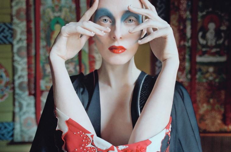 진주를 붙인 네일 아트는 불교의 사리에서 영감을 얻었다. 소매 부분이 길게 트인 실크 기모노 드레스는 알렉산더 맥퀸(Alexander McQueen).