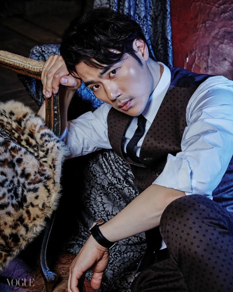 김강우가 입은 도트 패턴 수트와 흰색 셔츠, 타이는 모두 돌체앤가바나(Dolce&Gabbana), 검정 가죽 스트랩 시계는 IWC.