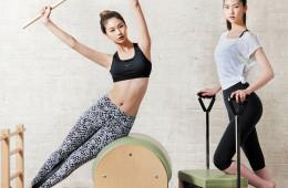 각자의 체질에 맞는 운동에 빠져 있는 모델 정호연과 김진경. 톱과 티셔츠, 레깅스는 모두 나이키(Nike).
