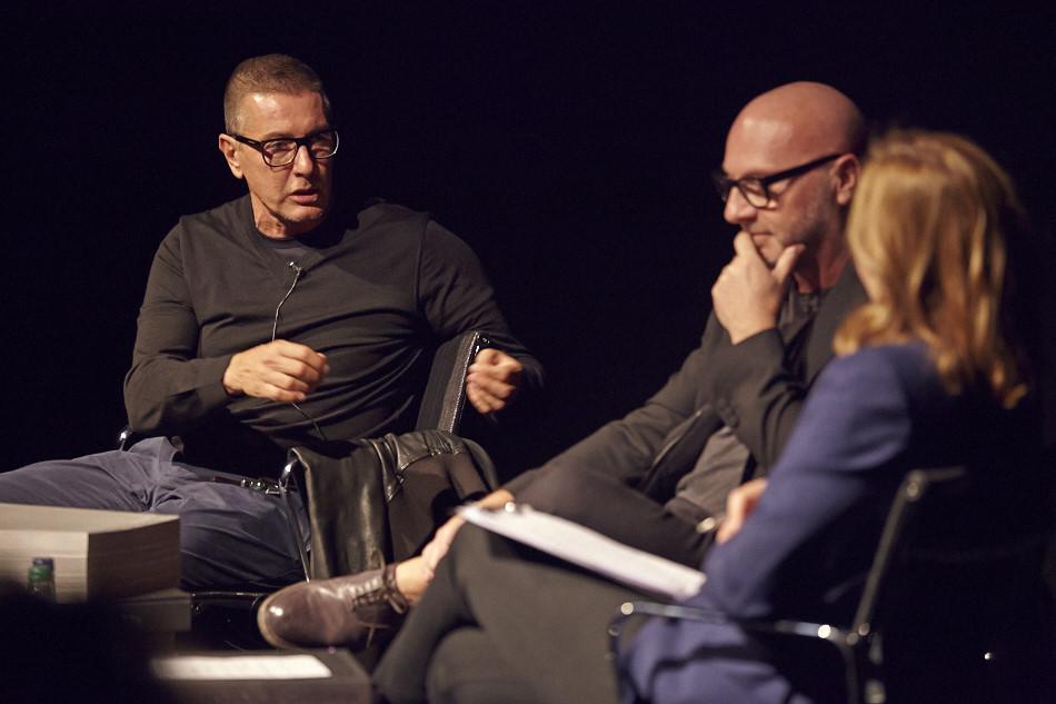 도메니코와 스테파노가 런던 센트럴 세인트 마틴즈에서 사라 무어와 이야기를 나누고 있다.