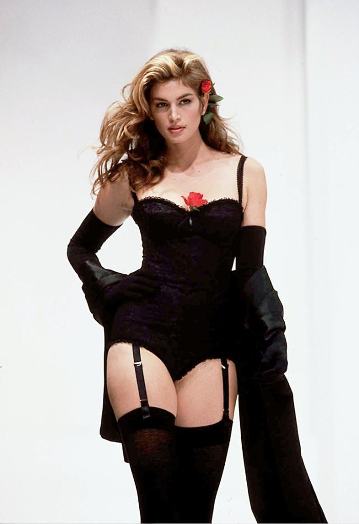 1992년 SS컬렉션에서 신디 크로포드가 코르셋 룩을 입고 등장했다. 이는 스테파노와 도메니코가 라 돌체 비타 컬렉션에서 선보인 유명한 디자인이다.