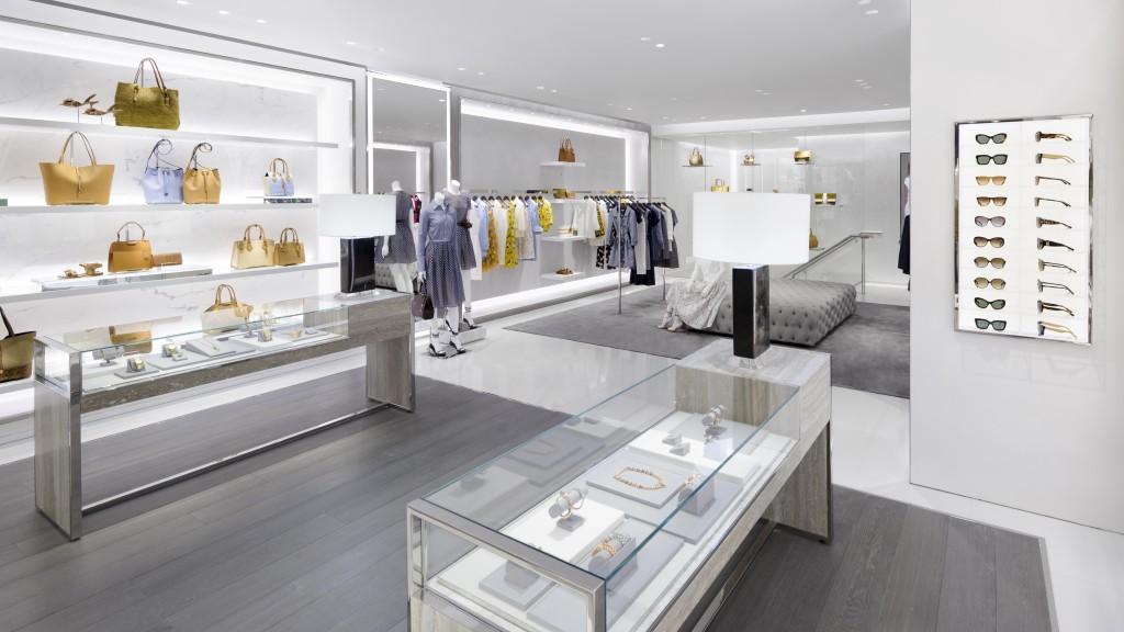 레디투웨어 의상과 마이클 코어스 컬렉션 액세서리, 시계, 보석, 신발, 향수 및 안경류가 전시된 새 매장의 내부