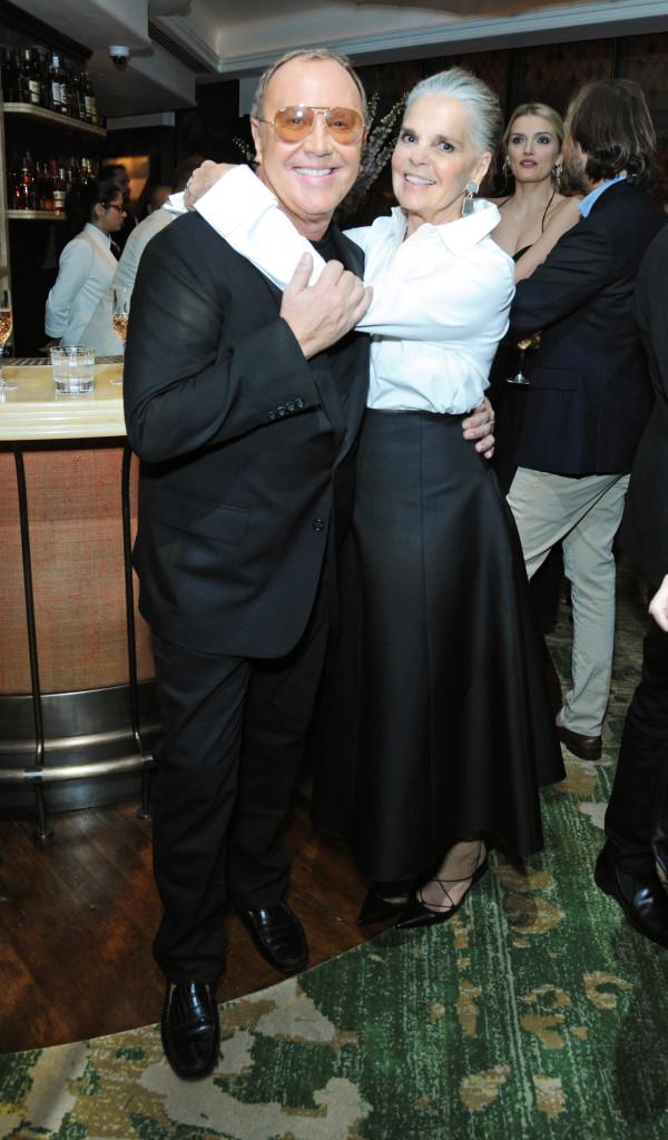 패널 마이클 코어스와 앨리 맥그로우가 애프터파티 만찬에서 포즈를 취하고 있다.