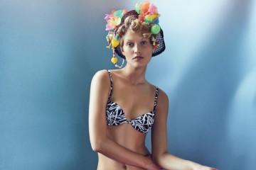 프린트 비키니는 엠포리오 아르마니(Emporio Armani), 모자는 헤더 휴이(Heather Huey).