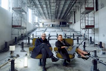 영화관으로 변신할 미술관 공간에서 포즈를 취한 미우치아 프라다와 그녀의 남편 파트리치오 베르텔리. 이동식 벽으로 야외 영화 감상도 가능하게 설계한 것이 특징이다.