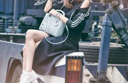 캐주얼 슈즈와의 믹스매치는 클래식 백의 가장 모던한 스타일링 방법. 여성스러운 블랙 드레스와 스포티브한 트랙 점퍼, 스니커즈와 함께 세련된 데이웨어를 완성했다.