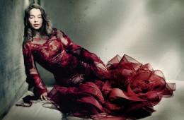 눈부신 진홍색 튤 드레스를 입은 클라크는 불타는 듯한 눈빛으로 공주 역할을 소화해냈다. 손으로 자수를 놓은 모헤어 소재 드레스는 메종 마르지엘라(Maison Margiela Artisanal).