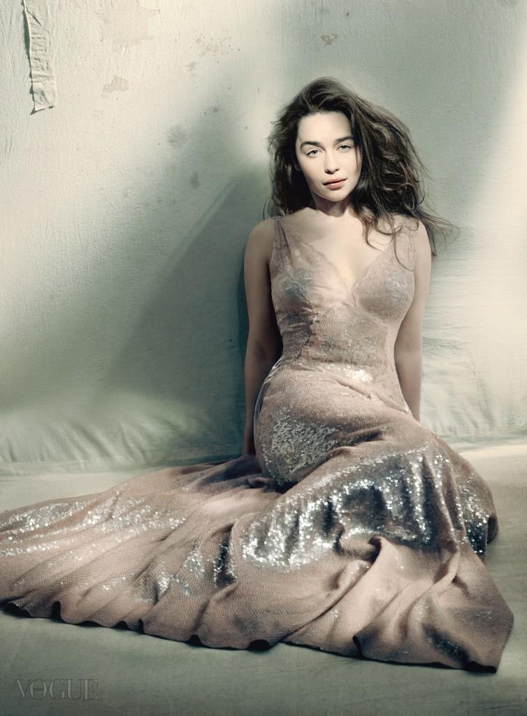 """"""" 촬영을 끝내는 것은 롤러코스터에서 뛰어내리는 것 같았어요. 정말 짐승 같은 영화였어요.  촬영장으로 돌아왔을 땐 집에 온 듯 편안한 기분이었어요."""" 세퀸 장식의 시폰 드레스는 지방시 오뜨 꾸뛰르(Givenchy Haute Couture)."""