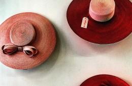 스트로로 만든 핑크 컬러의 모자들