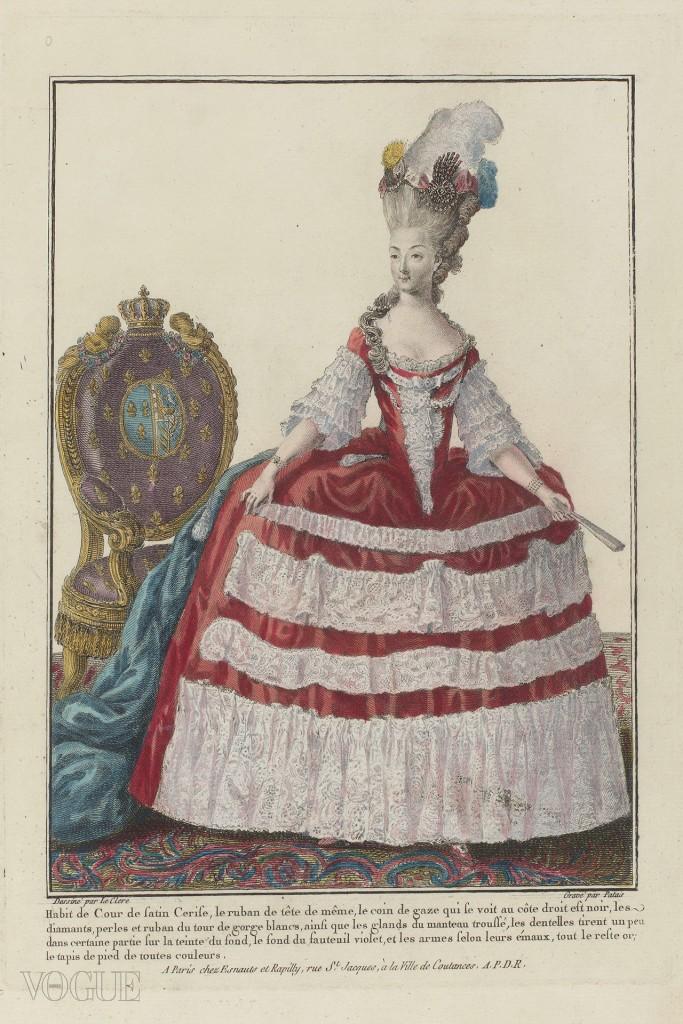 궁중복을 입은 마리 앙투아네트. 체리빛 실크에 과감한 보디스, 여러 층으로 된 주름 레이스, 다이아몬드와 진주, 깃털과 리본으로 장식된 긴 옷자락으로 되어 있다. 앙투아네트는 양 손목에 팔찌를 하고 왼손에는 접힌 부채를 들고 있다. 의자 팔걸이는 도금이 되어 있고 등받이에는 왕관이 달려있다.