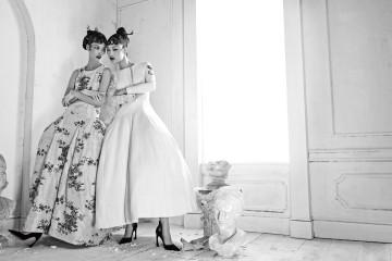 #Versailles: The Trianon18세기 베르사유 궁에서 영감을 받은 라프 시몬스의 파니에 드레스! 페일 블루 실크 자카드 드레스와 자수 장식 흰색 실크 드레스는 2014년 가을/겨울 오뜨 꾸뛰르, 크리스찬 디올 바이 라프 시몬스(Christian Dior by Raf Simons). 컷아웃 벨벳 펌프스는 크리스찬 디올. 조선시대 여인들의 머리를 장식했던 떨잠 형식의 나비꽂이와 진주 머리꽂이, 산호잠.