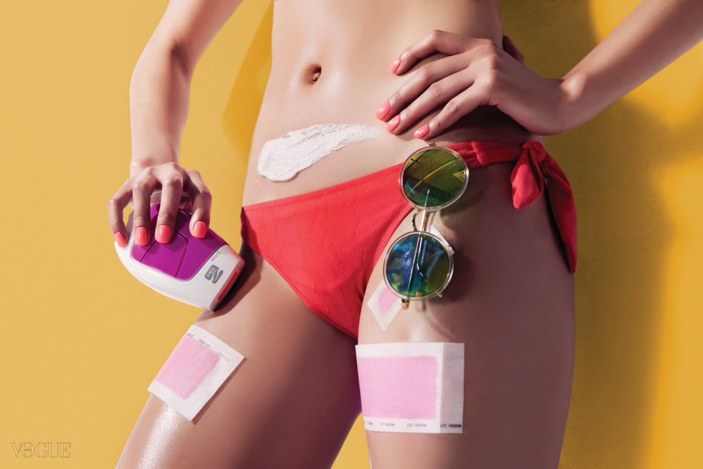 핑크색 가정용 레이저 제모기는 실큰, 리본 매듭의 비키니는 빌브레퀸, 미러 선글라스는 젠틀몬스터.