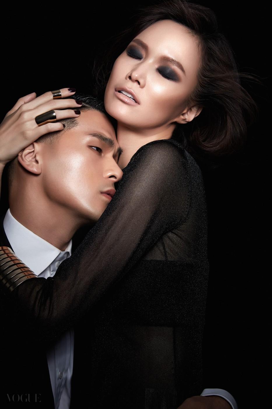 WOMAN IN PINK 때론 강렬하고 관능적으로 때론 우아하고 부드럽게, 자신만의 룩을 과감하게 표현하는 것.    자신에게 어울리는 컬러를 주저없이 선택할 줄 아는 자신감이야말로 톰 포드 뷰티가 향하는 궁극의 아름다움이다.  WOMAN 일루미네이팅 프라이머로 고급스러운 윤기를 얼굴 전체에 흐르도록 한 후, 트레이슬레스 파운데이션 SPF 15로 빛나는 윤기를 한층 더 강조해 준다. 일루미네이팅 하이라이트 펜으로 눈 아래와 T존 등을 가볍게 쓸어, 화사하면서도 입체감있는 피부 표현을 마무리한다. 치크 컬러 '플란틱 핑크'로 가볍게 쓸어 여성스러움을 더한 후, 아이 쿼드 '세덕티브 로즈'의 핑크 컬러로 은은하게 터치한 후 퍼플 컬러를 눈두덩에 넓게 펴 발라, 깊이감있고 여성적인 눈매를 연출한다. 핫한 핑크 컬러의 립 컬러 '플라밍고'를 발라 여성스러운 느낌을 완성한다. 사용 제품은 모두 톰 포드 뷰티.  MAN 브론징 젤을 광대와 턱선에 펴 발라 뚜렷한 윤곽을 강조하면서도 태닝된 듯 섹시한 남성미를 극대화한다. 그 위에 톰 포드 일루미네이팅 프라이머로 매끈하면서도 고급스러운 윤기를 더한다. 사용 제품은 모두 톰 포드 뷰티.  의상은 톰 포드.