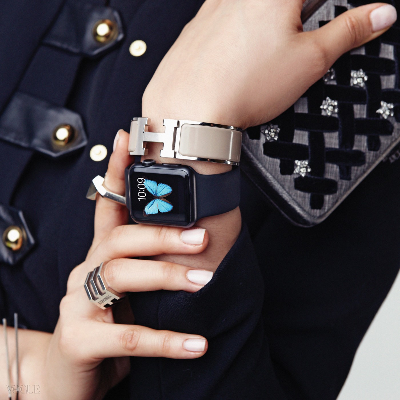 뱅글은 에르메스(Hermès), 반지는 모두 베니뮤(Venimeux), 클러치는 샤넬(Chanel), 드레스는 생로랑(Saint Laurent). 애플 워치는 스페이스 그레이 알루미늄 케이스의 블랙 스포츠 밴드.