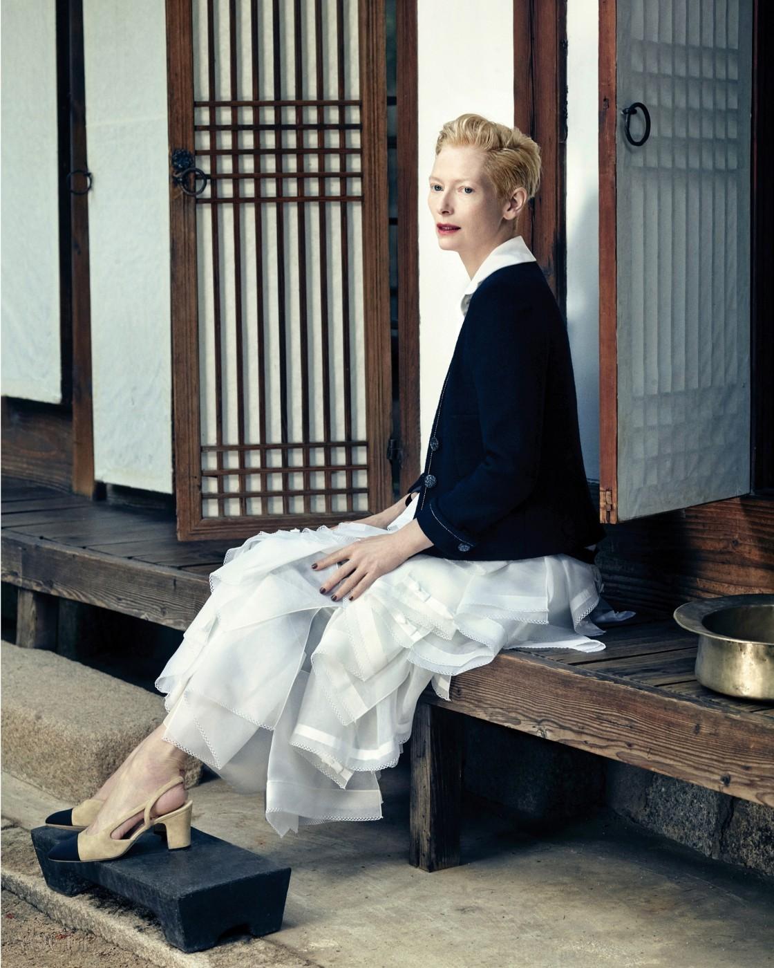 심플한 라인의 검정 트위드 재킷과 실크 블라우스, 에이프런 스타일의 러플 오간자 롱스커트는 샤넬(Chanel). 검정 다듬잇돌과 놋대야는 백옥수 한복(Baekoaksoo).