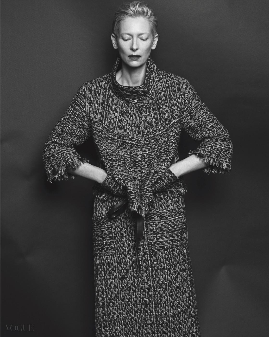 끝단의 올이 풀린 트위드 소재 재킷과 에이프런 스타일의 롱스커트, 리본 장식 슈즈는 모두 샤넬(Chanel).