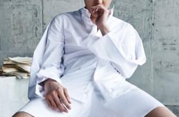셔츠는 후드 바이 에어(Hood by Air at Tom Greyhound), 바지와 샌들은 길 옴므(G·I·L Homme).