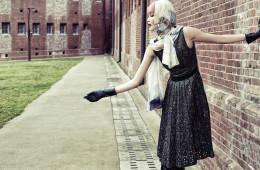풍성한 주름 장식의 메탈릭 드레스. 간결한 A라인 실루엣이 여성스러움을 강조한다.