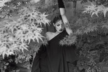 승려복처럼 보이는 검정 언밸런스 드레스는 이중 드레이핑으로 색다른 관능미를 선사한다.