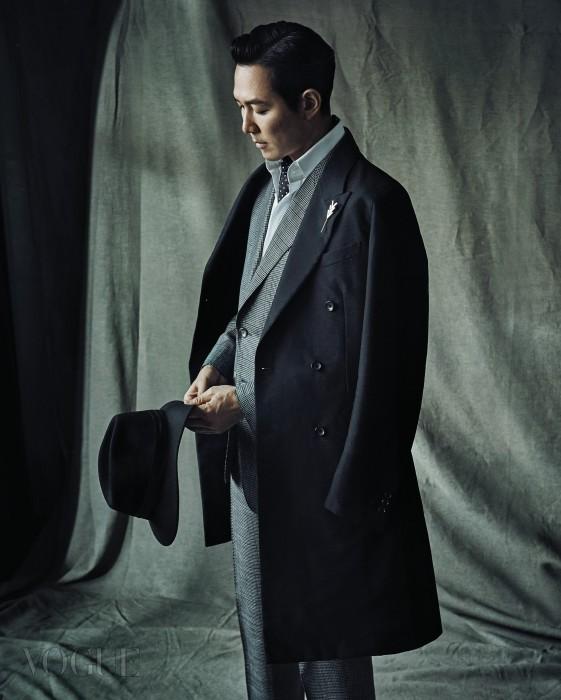 블랙 더블 버튼 코트와 브로치는 루이 비통(Louis Vuitton), 회색 깅엄체크 수트와 셔츠는 톰 포드(Tom Ford), 도트무늬 타이는 돌체앤가바나(Dolce&Gabbana).