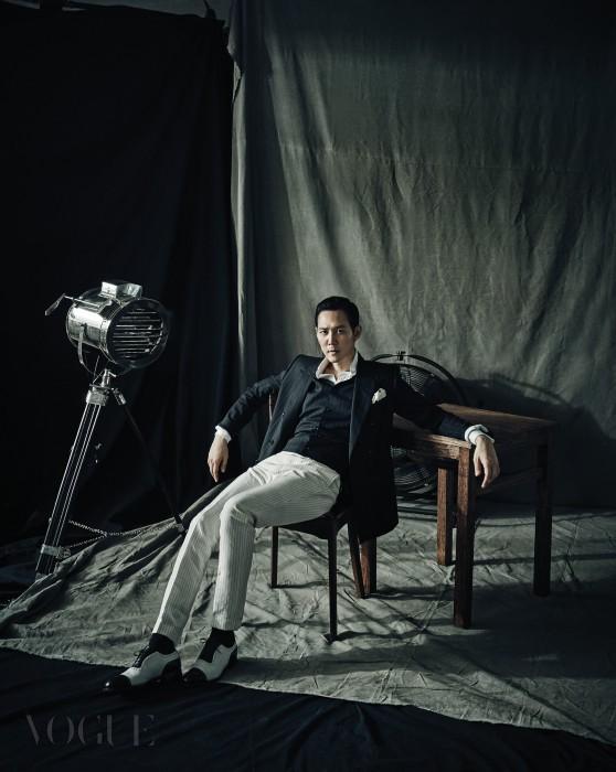 핀스트라이프 네이비 재킷과 베스트, 도트무늬 행커치프는 돌체앤가바나(Dolce&Gabbana), 화이트 셔츠는 톰 포드(Tom Ford), 윙팁 슈즈는 에드워드 그린(Edward Green at Unipair).