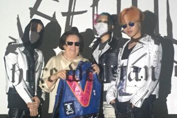 수지 멘키스가 오렌지색 머리를 한 K팝 스타 G드래곤, 핑크와 아쿠아블루 머리의 아티스트 나인티나인퍼센트이즈(99Percentis), 그리고 후드를 뒤집어쓴 분더샵의 크리에이티브 디렉터 신 양(Xin Yang)와 함께 포즈를 취하고 있다.
