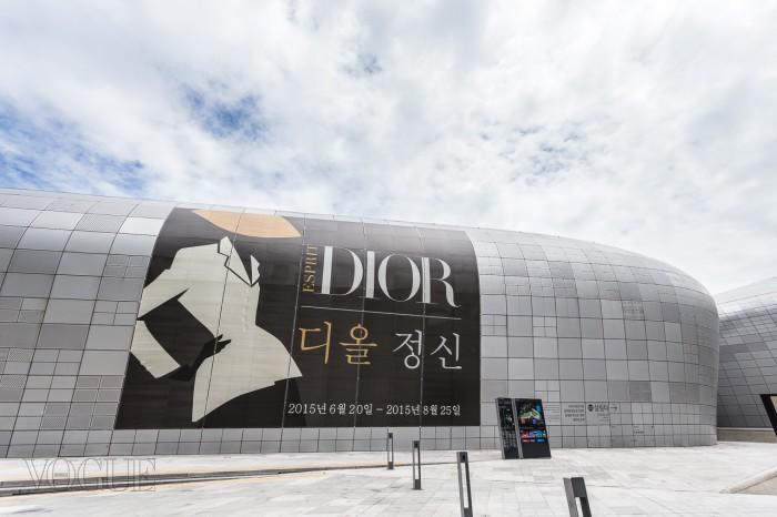 자하 하디드가 설계한 DDP에서 열리는  전시회는 2015년 8월 25일까지 계속된다.