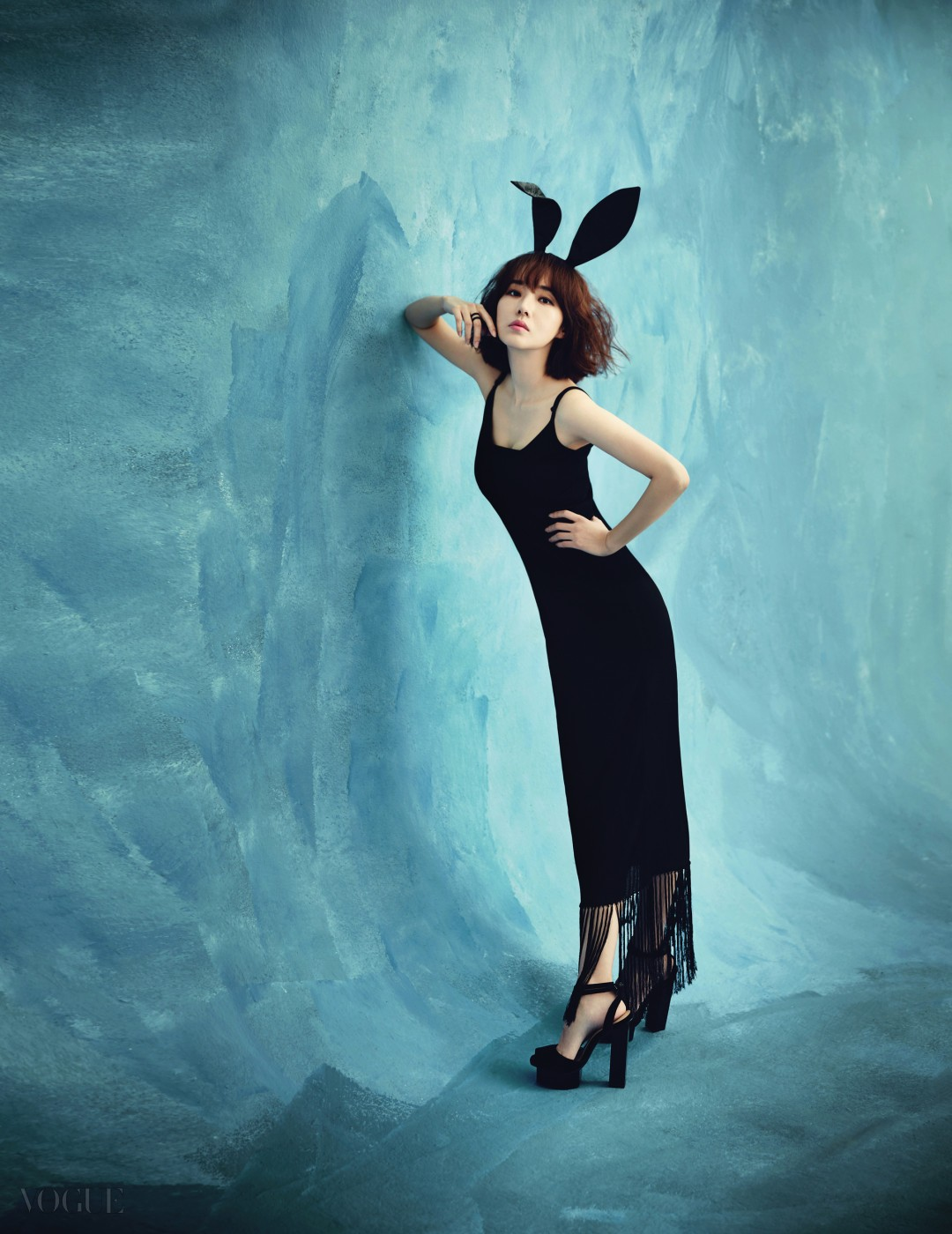 슬리브리스 드레스는 산드로(Sandro), 반지는 엠주(Mzuu), 스웨이드 소재 스트랩 힐은 스타일리스트 소장품.