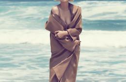 브랜드의 시그니처인 카멜 코트를 가장 세련되게 입는 방법? 마릴린 먼로가 그랬듯이 슬립 드레스 위에 샤워 가운처럼 걸치기!