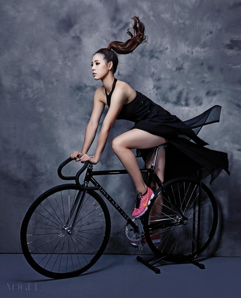 홀터넥 니트 드레스는 살바토레 페라가모(Salvatore Ferragamo), 메시 소재 운동화는 나이키(Nike), 자전거는 벨로샵.