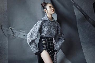 클래식한 세일러 칼라의 양감 넘치는 울 소재 스웨터에 허벅지가 드러나는 슬릿 디테일 랩스커트를 매치했다.